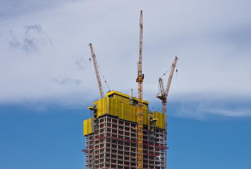 Riegos construcción rascacielos